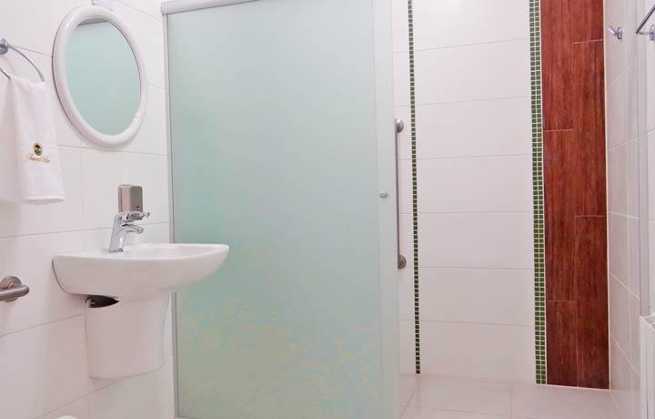 Banheiros amplos e acessiveis