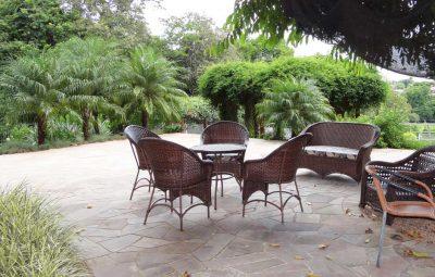 Mesas e Cadeiras sob Jambolão